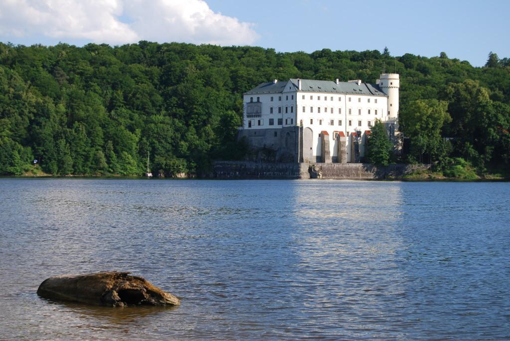 Vodní nádrž Orlík a Orlík zámek 2. 1024x685 Zámek u modravých vod Orlické přehrady